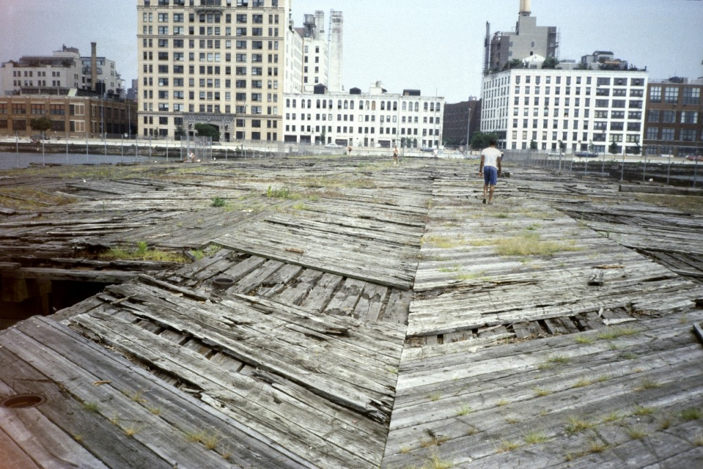 Rainer Fetting, Alte Piers, Blick zum West Side Highway, Hudson River, New York, 1987, C-Print auf Aludibond, 100 x 150 cm, Ex. 1/9.