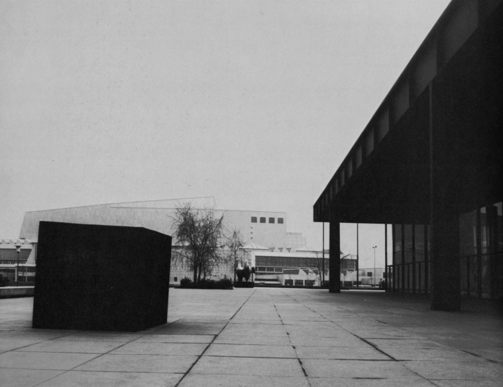 Richard Serra, Berlin Block (for Charlie Chaplin), 1977, Stahlblock, 190,5 x 190,5 x 190,5 cm,  Neue Nationalgalerie, Berlin.