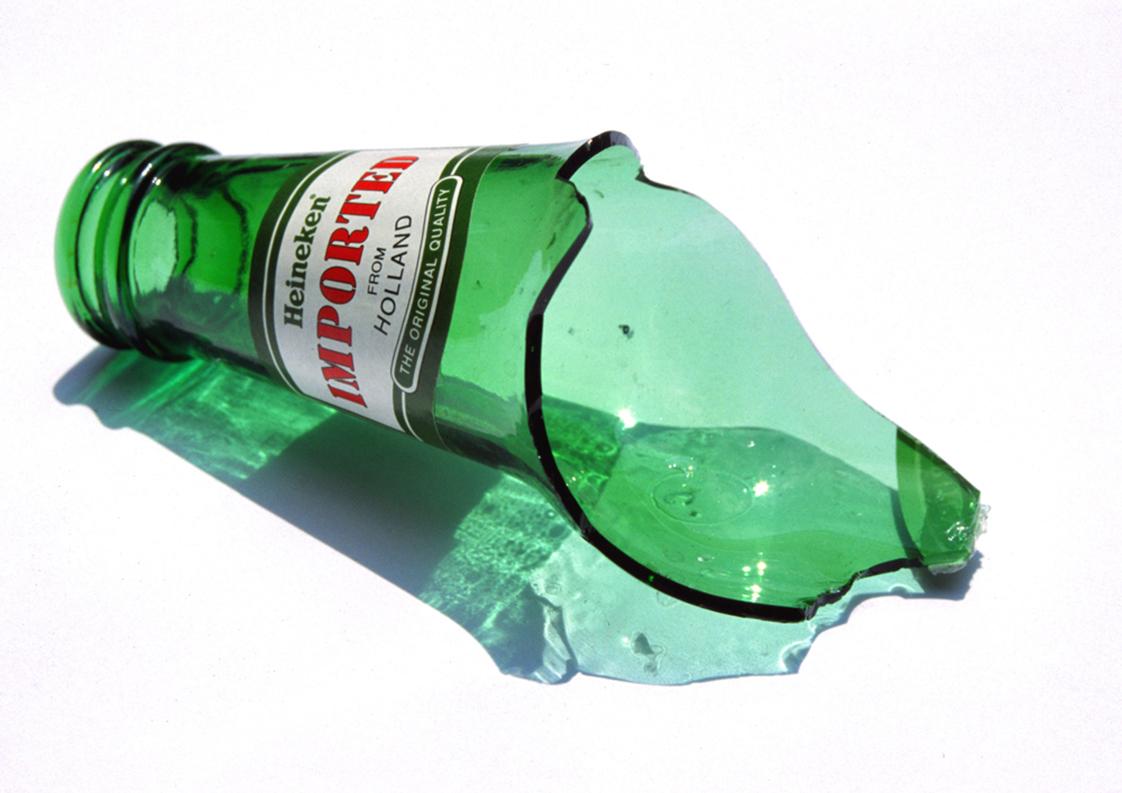 Abb. 1: Kendell Geers, Self-Portrait, 1995, zerbrochene Bierflasche der Marke Heineken, 9,5 x 7,5 x 6 cm, Original zerstört auf Flug TW800, Edition 5/12, gordonschachatcollection, Johannesburg.