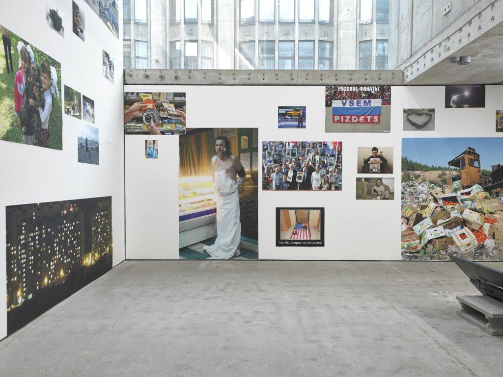 Abb. 3: Chto Delat, Performative Practices Of Our Time, 2017, Digitaldrucke, unterschiedliche Maße, Ausstellungsansicht Berlin, KOW.