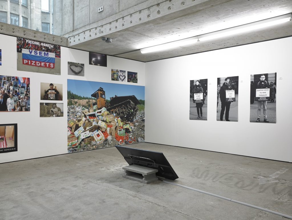 Abb. 5: Chto Delat, A Protesters Dream, 2016/2017, HD Video, 14:37 min, Farbe, Ton, 3 Digitaldrucke, je 100x50cm, Ausstellungsansicht Berlin, KOW.