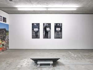 Abb. 6: Chto Delat, A Protesters Dream, 2016/2017, HD Video, 14:37 min, Farbe, Ton, 3 Digitaldrucke, je 100x50cm, Ausstellungsansicht Berlin, KOW.